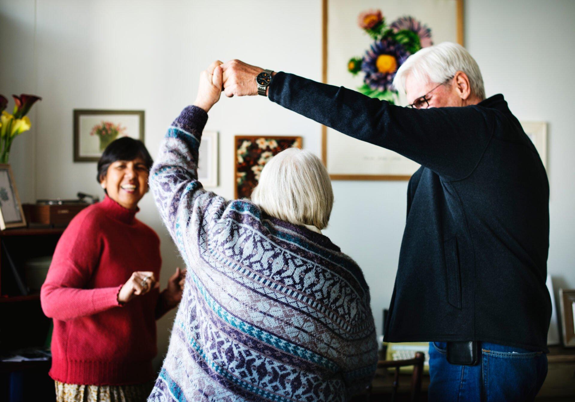 tanssiva ikääntynyt pariskunta